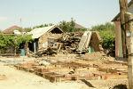 Дома, получившие сильные повреждения, здесь отстраивают с нуля