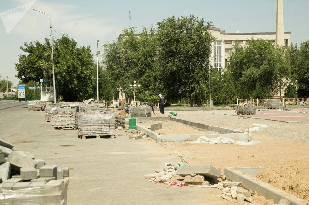 Прокладываются новые лотки для арычной сети, ведется реконструкция площади возле городского акимата
