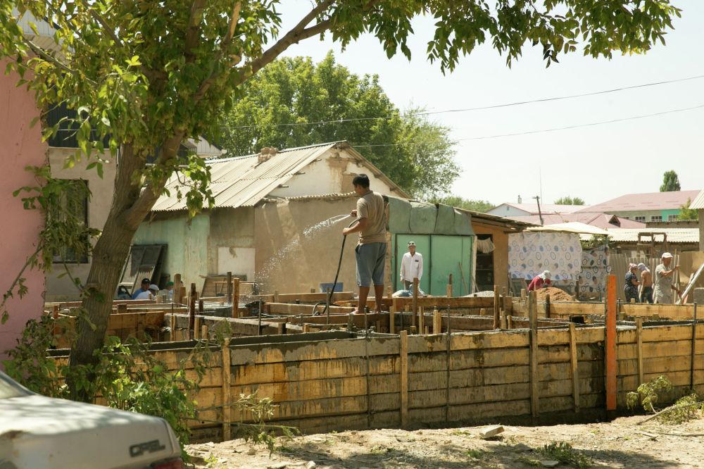 Несмотря на сильную жару, практически на каждой улице днем можно увидеть строительные бригады