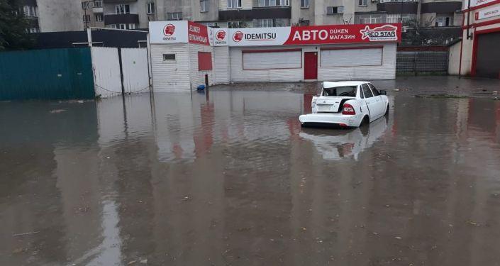 Автомобиль развернуло на дороге от столкновения с автобусом на затопленной улице Алматы