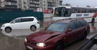 Автобус врезался в машины, притормозившие перед затопленным участком дороги а Алматы
