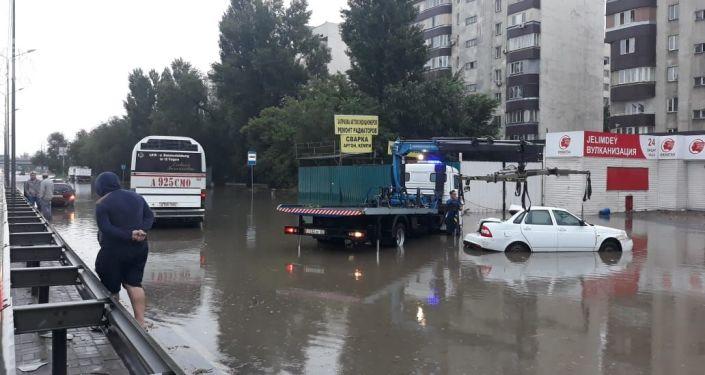 Потом после дождя привел к крупной автоаварии на Раимбека