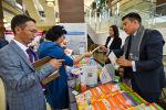 Педагоги рассматривают методический и учебный материал на августовской конференции