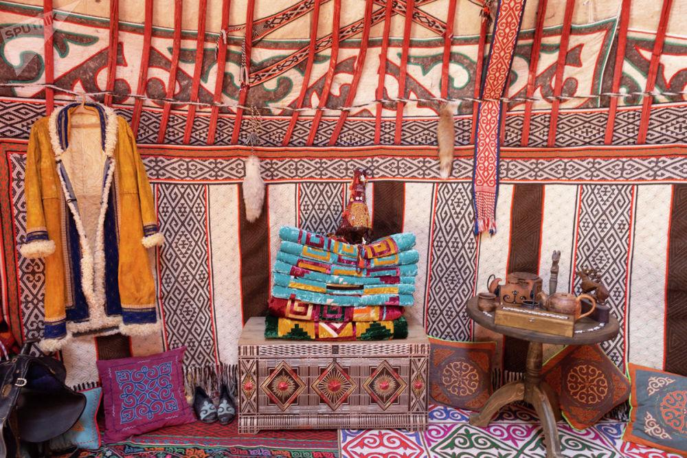 Фестиваль включает, помимо прочего, этнические показы национального быта номадов