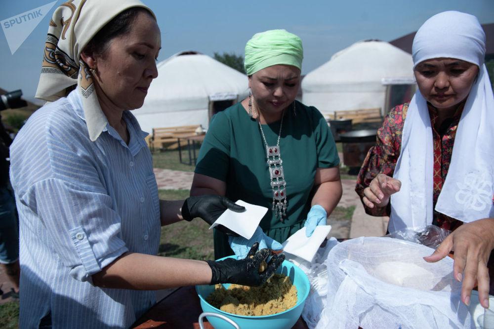 Женщины за приготовлением блюд национальной кухни, архивное фото