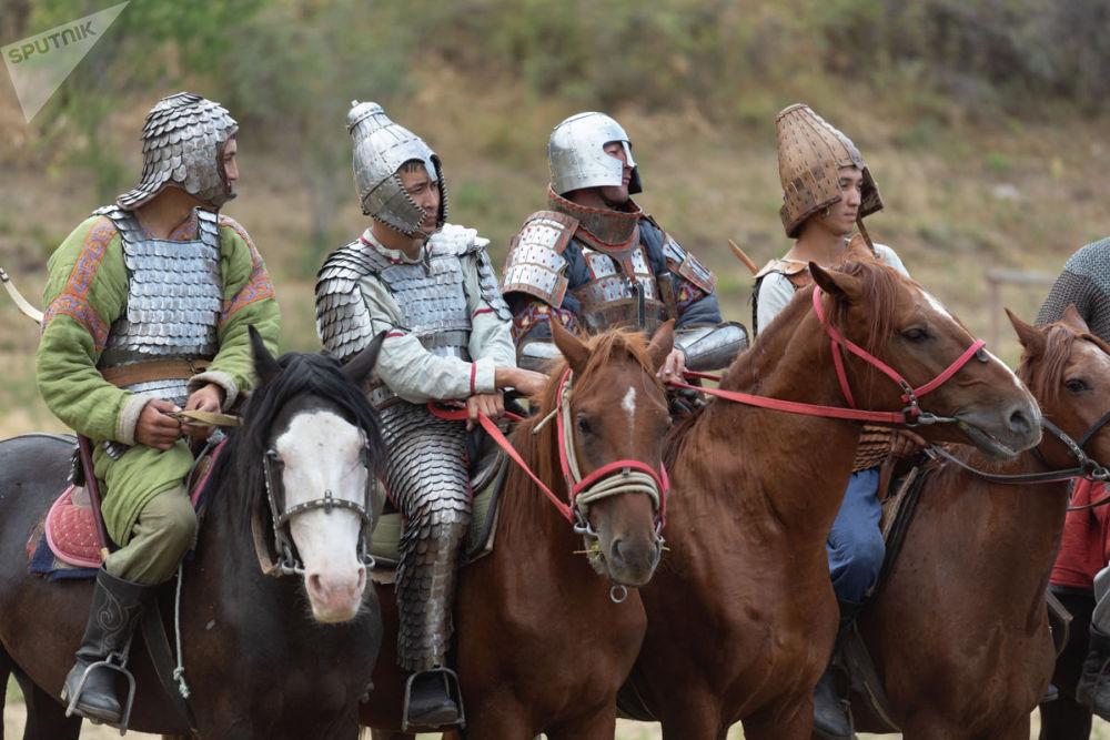 Традиционные костюмы кочевников гармонично вписывались в природу живописных предгорий Ушконыра