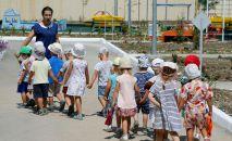 Дети с воспитателем в детском саду, архивное фото