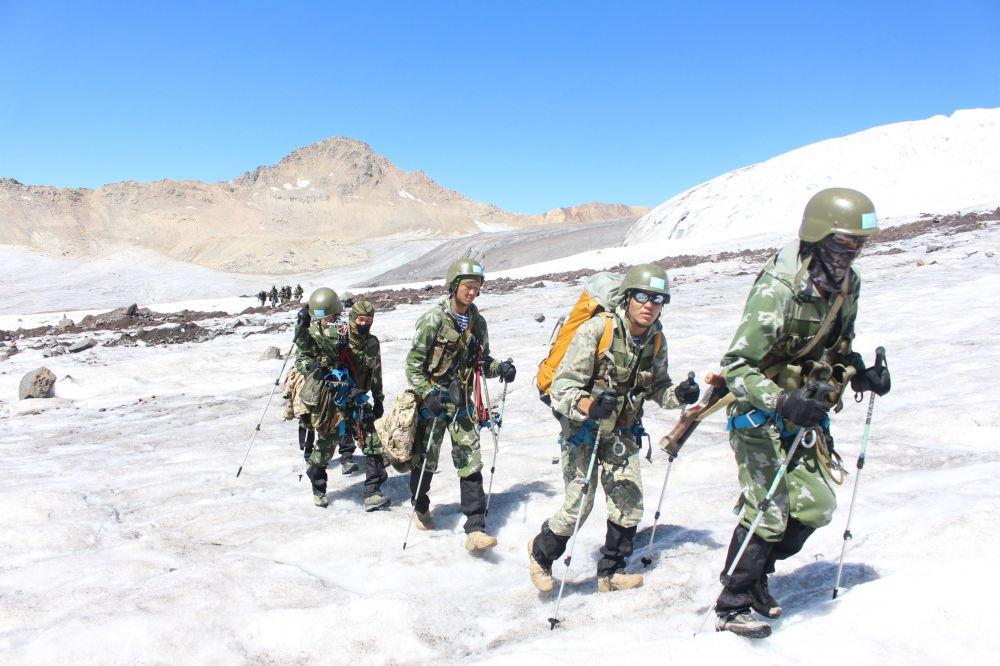Казахстанские военные развернули спасательную операцию в горах Кыргызстана по поиску пропавших казахстанских альпинистов