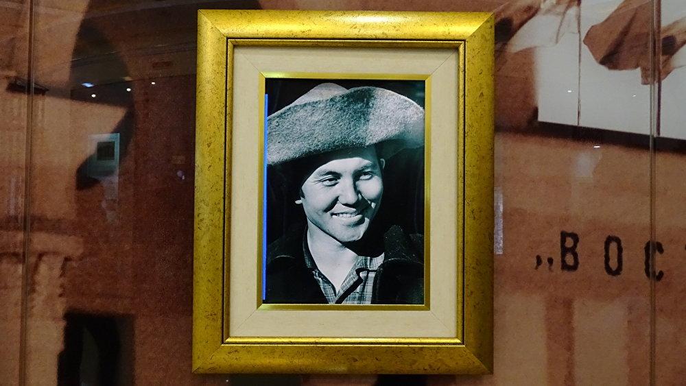Фотопортрет молодого Нурсултана Назарбаева - экспонат Музея Первого президента РК в Темиртау