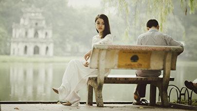 Девушка и мужчина в парке на скамейке