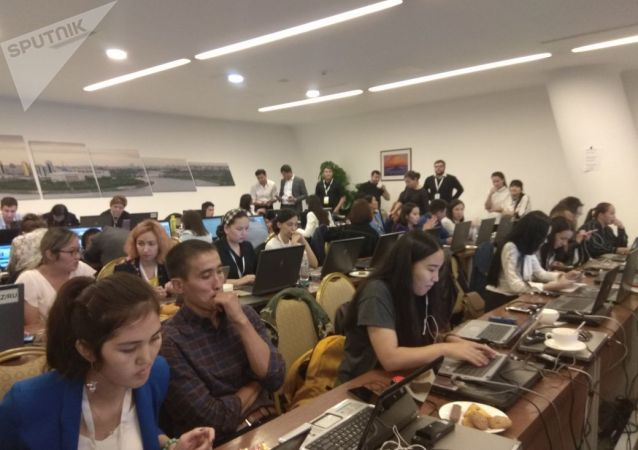 Журналистам не хватило места в зале заседания