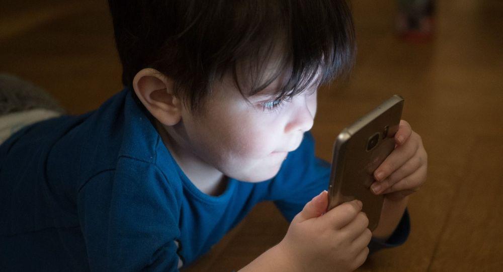 Ребенок играет со смартфоном, иллюстративное фото