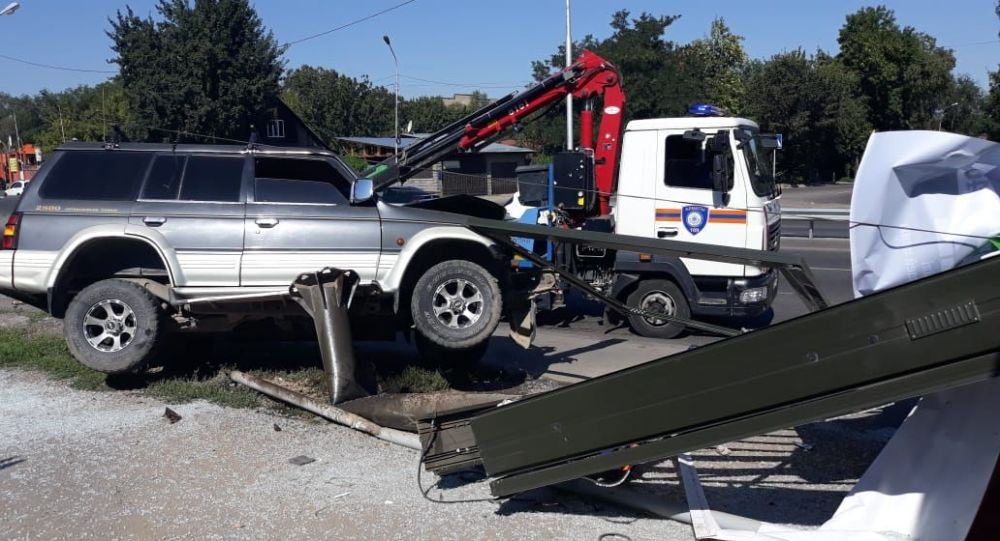 Дорожно-транспортное происшествие авто с наездом на билборд