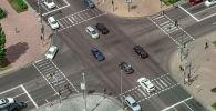Машины на перекрестке дороги