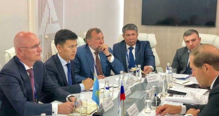 На встрече министра индустрии и инфраструктурного развития Казахстана Романа Скляра и российского министра промышленности и торговли Дениса Мантурова