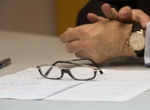 Мужчина за рабочим столом, архивное фото
