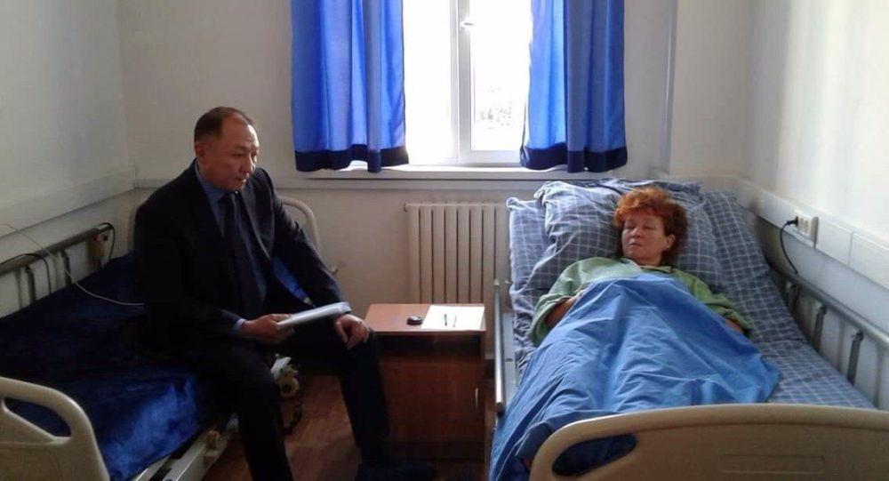 Начальник департамента криминальной полиции МВД Баймурзин А. Х. посетил раненую активистку Галину Арзамасову