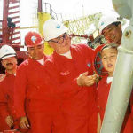 На церемонии официального открытия проекта на месторождении Кашаган президент Нурсултан Назарбаев мажет первой нефтью семилетнему Берику лицо