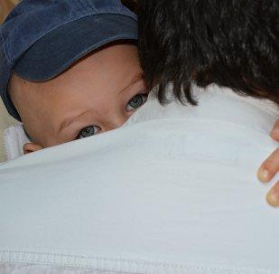 Ребенок на руках у мужчины, иллюстративное фото