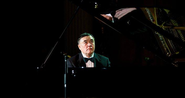 Пианист Нурлан Измаилов
