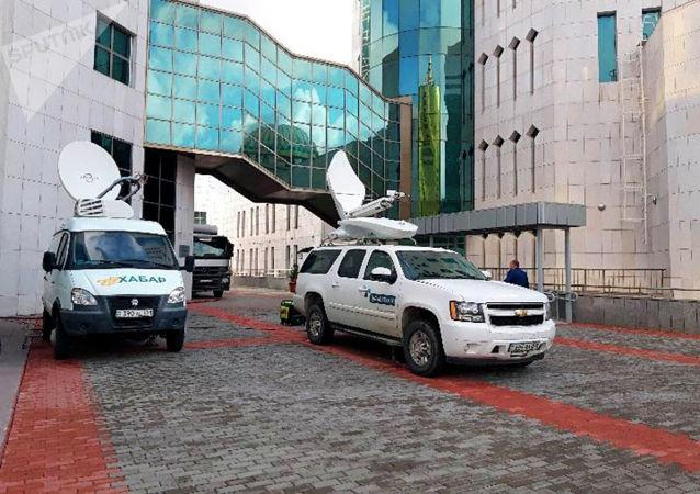 Перед входом в мажилис выставлены ПТС телеканалов Хабар и Казахстан