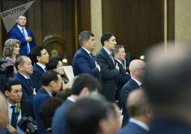 На совместном заседании палат парламента звучит гимн страны