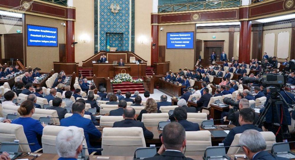Мемлекет басшысы Қасым-Жомарт Тоқаев парламент палаталарының бірлескен отырысында сөз сөйлеп жатыр