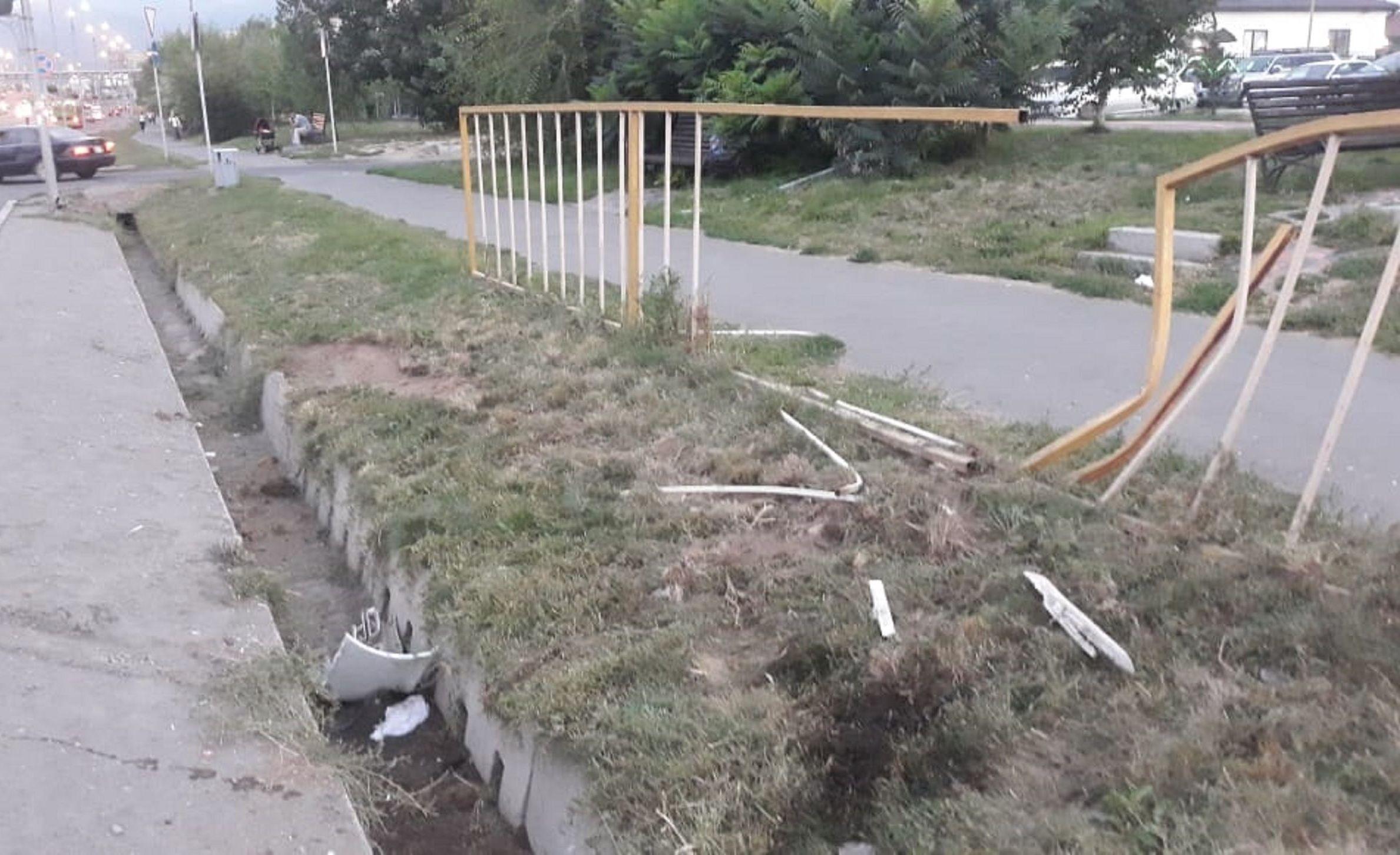 Автомобиль перелетел через арык на улице Момышулы между проспектами Рыскулова и Раимбека