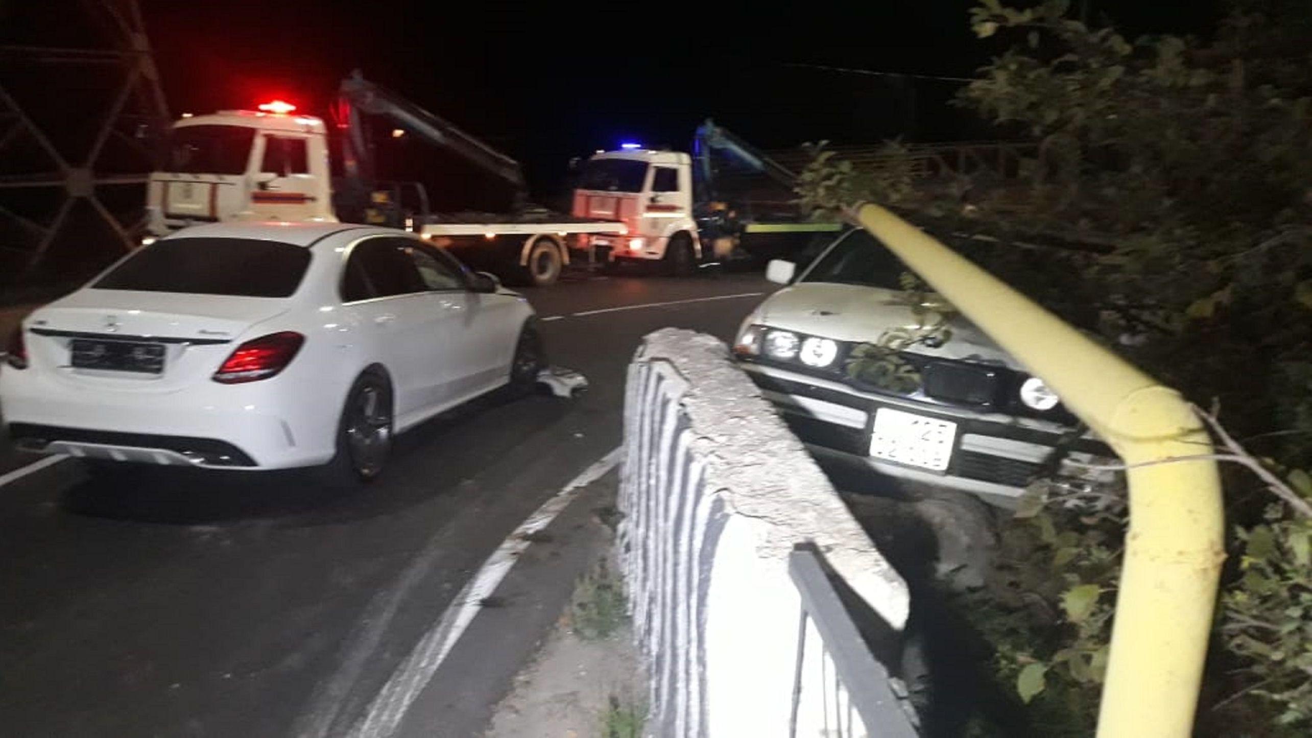 BMW ударил Mercedes и попал под газопровод на улице Алма-Арасан