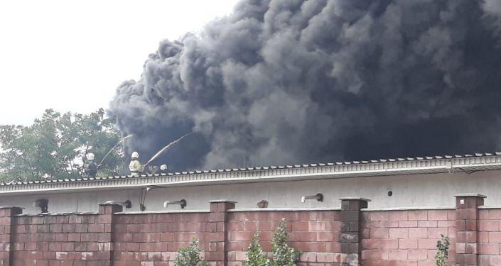 В Алматы горит склад с товаром