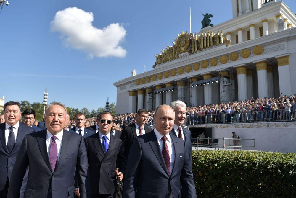 Н. Назарбаев, Д. Медведев и В. Путин на ВДНХ