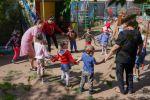 Дети с воспитателями в инклюзивном детском саду