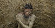 Абдель Салам (60 лет) в выкопанной яме, которая будет служить отхожим местом в лагере рохинджа