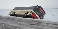 Автобус тас жолда аударылып қалды
