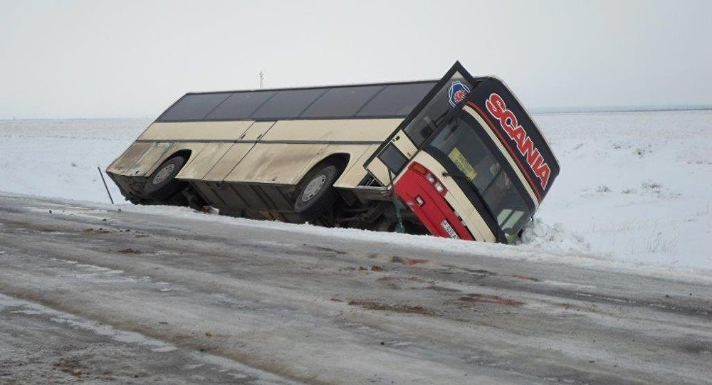 Автобус перевернулся на трассе. Иллюстративное фото