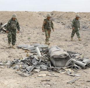 Работы военнослужащих по очистке территории склада в Арыси, архивное фото