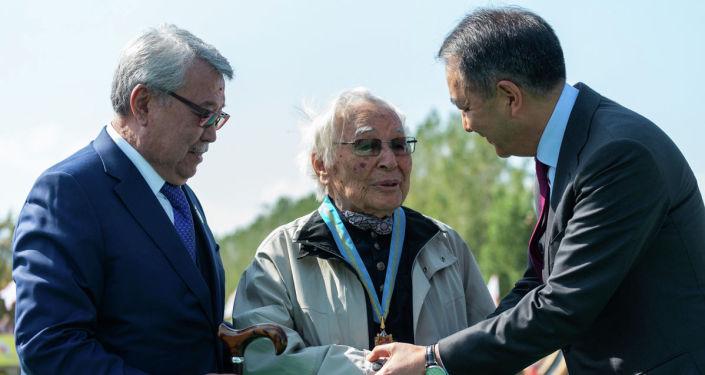 Писатель Абдижамил Нурпеисов стал почетным гражданином Алматы