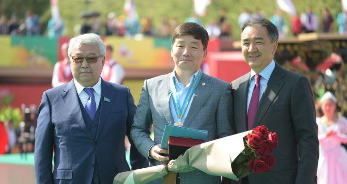 Первый заместитель председателя партии Nur Otan Бауыржан Байбек (в центре) стал почетным гражданином Алматы