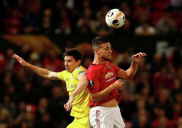 Манчестер Юнайтед » Диогу Далот в поединке с Дорин Ротариу Астаны