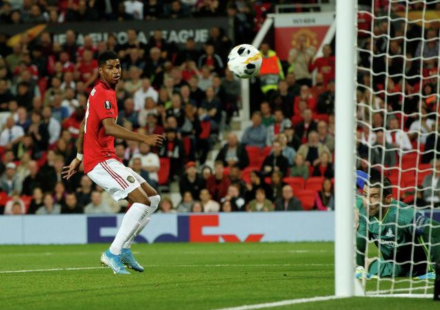 Маркус Рашфорд из «Манчестер Юнайтед» смотрит после того, как его удар отбил Ненад Эрич из Астаны