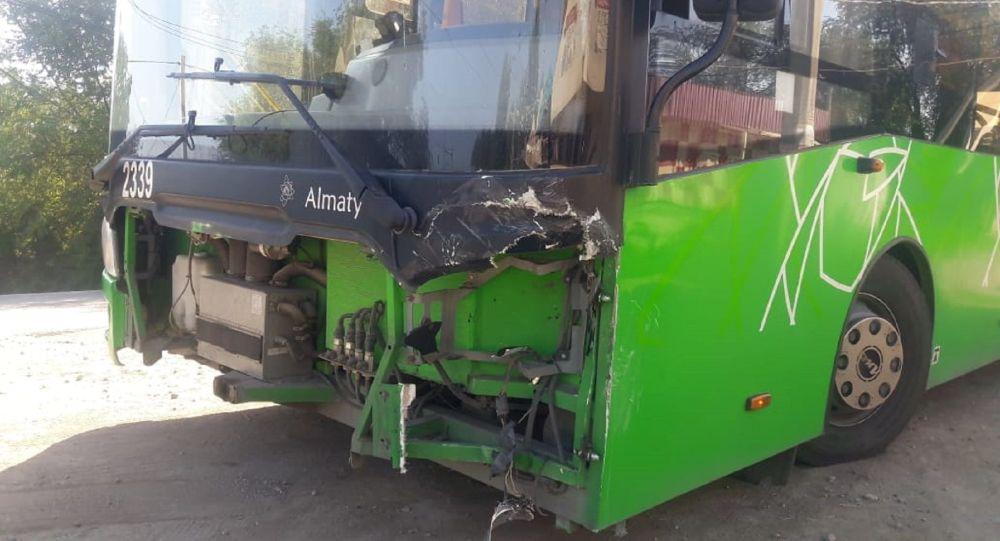 Внедорожник и автобус столкнулись лоб в лоб