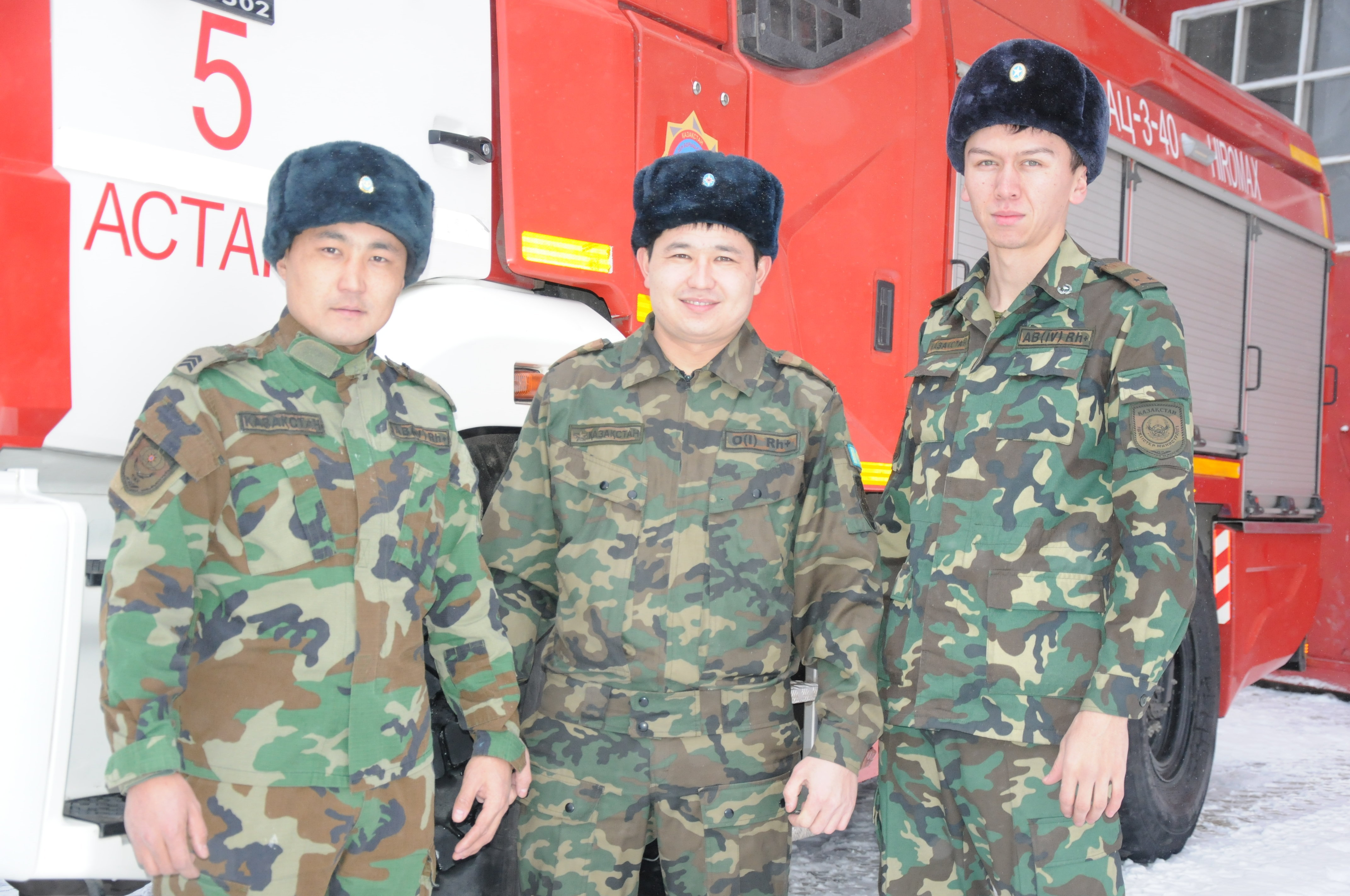 Пожарные, спасшие четверых человек при пожаре в ТЦ Кыпшак в Астане