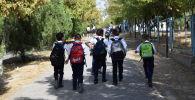 Мектепке бара жатқан оқушылар