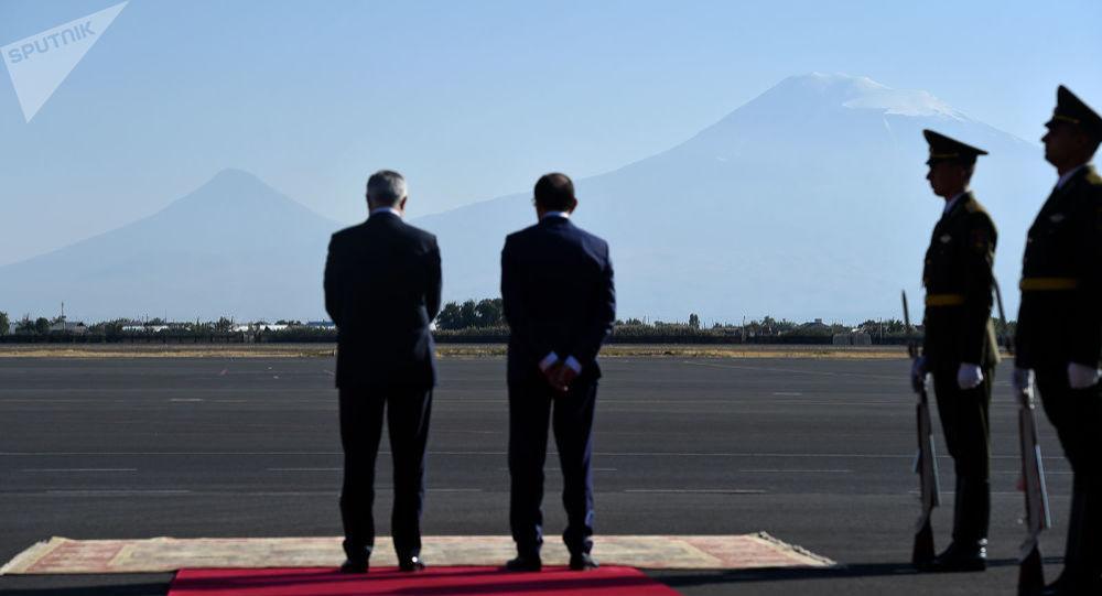 Вице-премьер Армении Мгер Григорян и замминистра иностранных дел Шаварш Кочарян встречают гостей к саммиту ЕАЭС