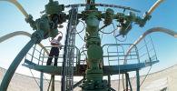 Первая нефтяная скважина на месторождении Тенгиз, архивное фото