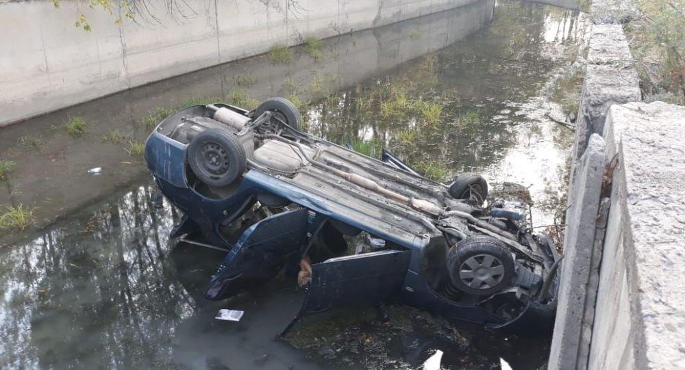Автомобиль перевернулся и упал в БАК, пострадал 4-месячный ребенок