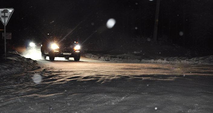 Архивное фото внедорожника на зимней дороге