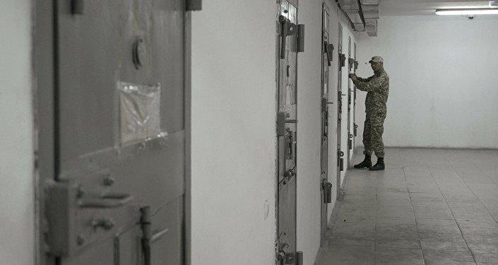 Архивное фото сотрудника колонии для пожизненно осужденных