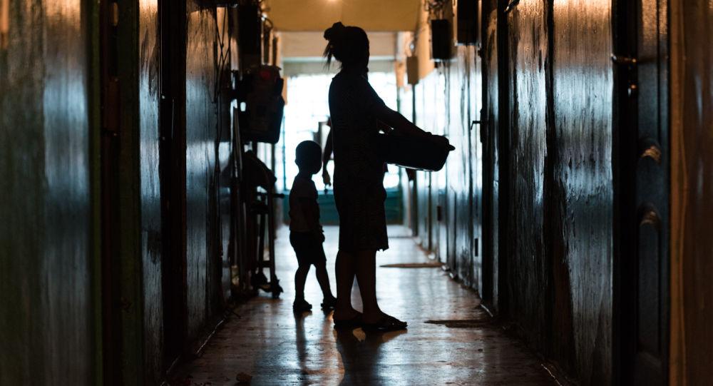 Архивное фото женщины и ребенка
