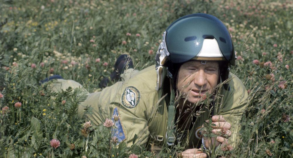 Летчик-космонавт СССР, Герой Советского Союза Алексей Архипович Леонов после тренировочного полета отдыхает на цветущем поле